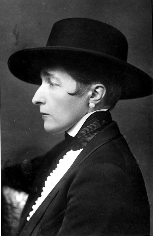 Black and white photograph of the novelist Radclyffe Hall wearing suit and broad-rimmed black hat
