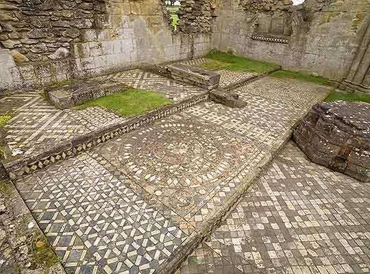 El suelo de baldosas en el crucero sur.  Toda la iglesia parece haber sido repavimentada con azulejos en el siglo XIII.