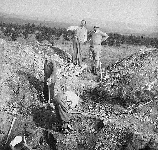 A team of excavators at Grime's Graves in the 1930s, with Leslie Armstrong in the foreground (centre)