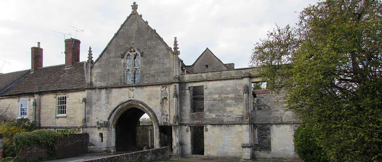 Kingswood Abbey Gatehouse (© Michael Day via Flickr)