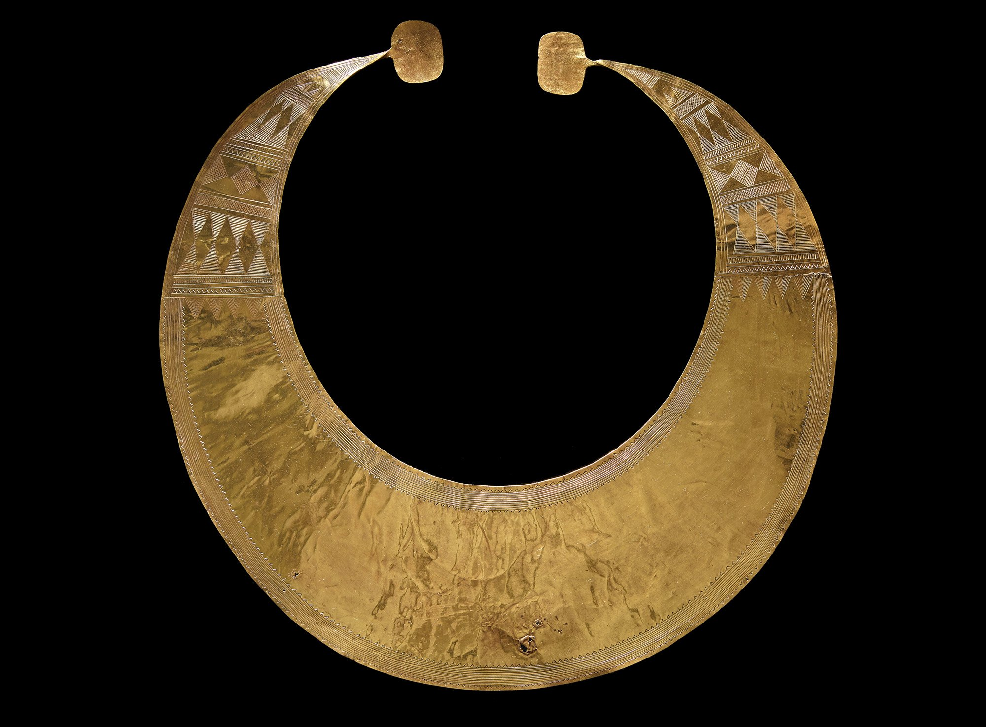 Lunula were worn around the neck, presumably by high status or special people. Their shape and decoration resembles amber and jet necklaces from this time